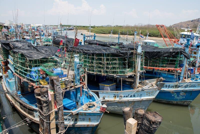 Pranburi, Tailândia 7 de maio de 2016: Barcos de pesca em um porto em P imagens de stock