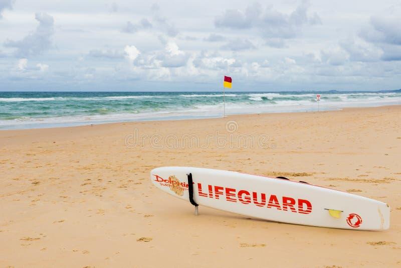 Prancha da salva-vidas na praia no paraíso dos surfistas em um overc fotografia de stock royalty free