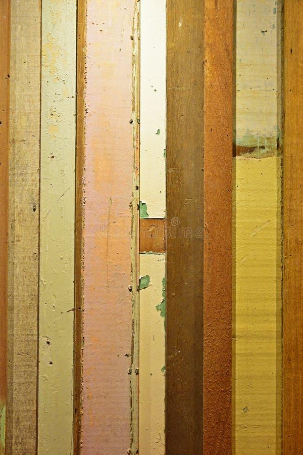 Prancha de madeira colorida rústica com vista vertical fotografia de stock royalty free