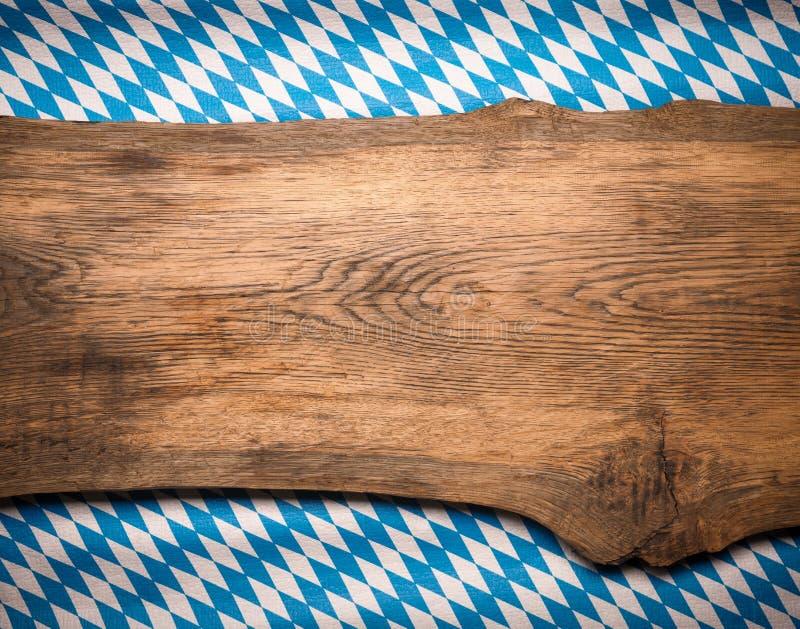 Prancha de madeira com a bandeira bávara foto de stock