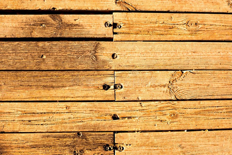 Prancha de madeira natural crua com pregos imagem de stock royalty free