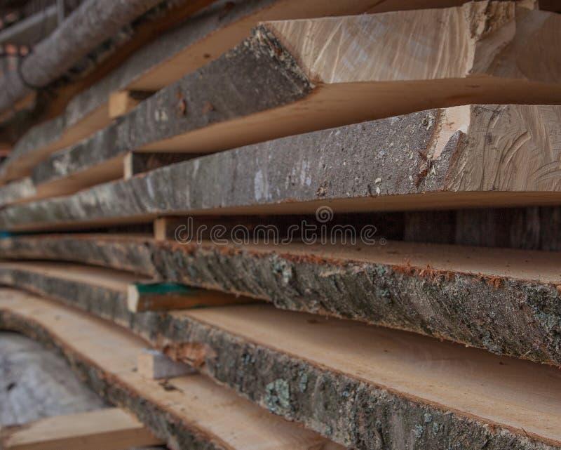 Pranchas de madeira dobradas em uma serração Placas empilhadas como a textura imagens de stock