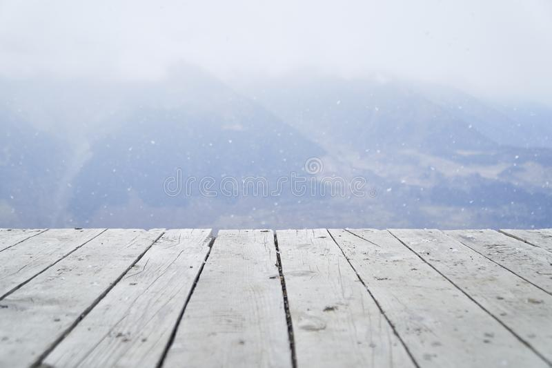 Pranchas e montanhas de madeira no fundo fotografia de stock royalty free