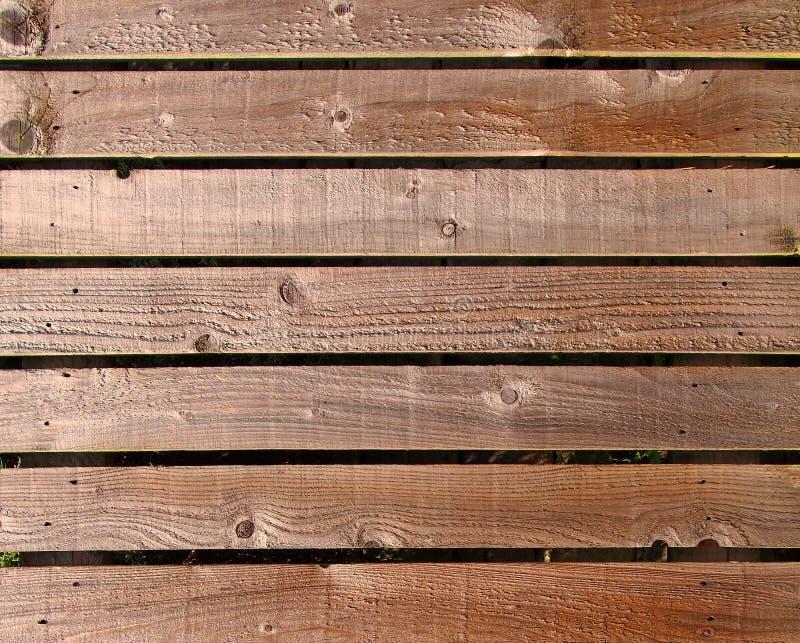 Pranchas marrons textured ásperas horizontais da construção da madeira usadas como o cerco ou paredes exteriores imagens de stock