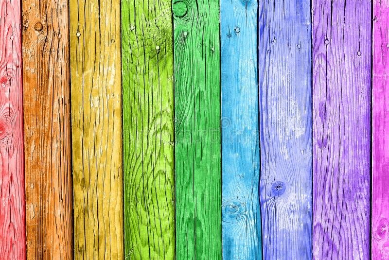 Pranchas velhas nas cores do arco-íris Fundo de madeira colorido foto de stock royalty free