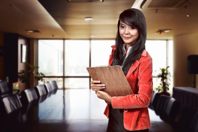 Prancheta asiática da terra arrendada da mulher de negócio imagens de stock