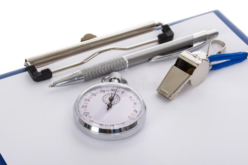 Prancheta com assobio; pena; papel e cronômetro foto de stock