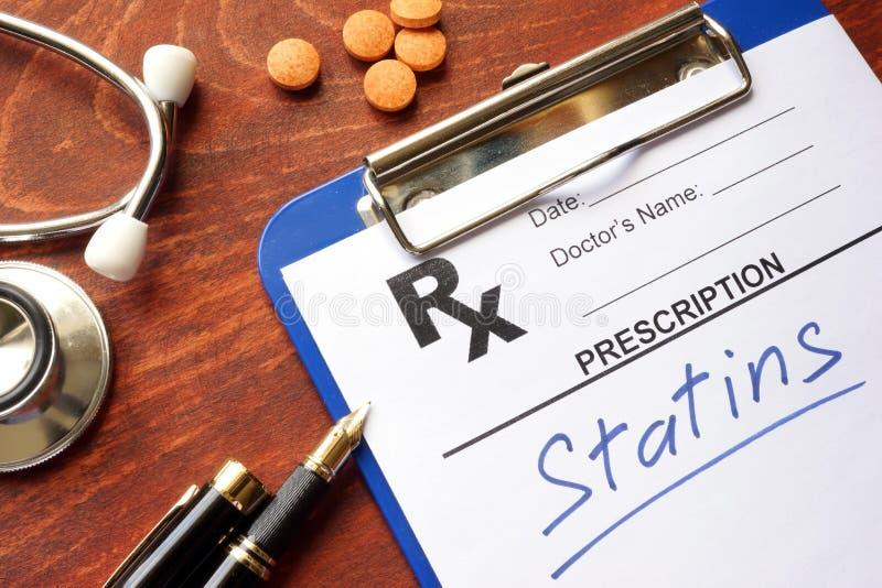 Prancheta com statins escritos da prescrição fotografia de stock