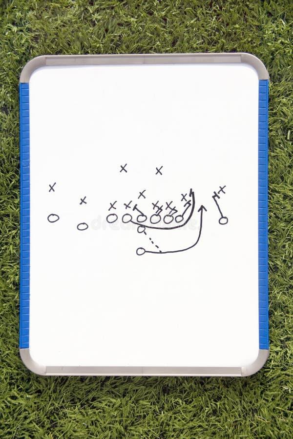 Prancheta do futebol com diagrama do jogo fotos de stock royalty free