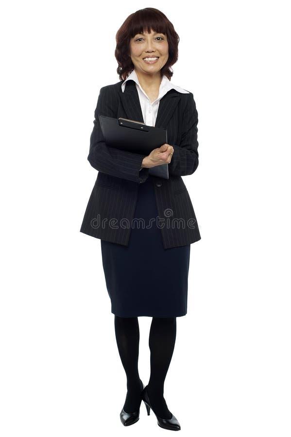 Download Prancheta Fêmea Da Terra Arrendada Da Secretária Imagem de Stock - Imagem de carregar, businesswoman: 26509861