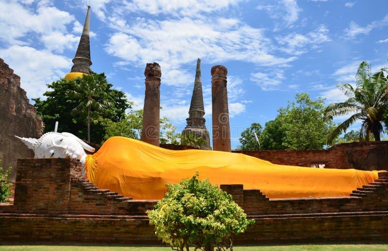 Prang und stützende Buddha-Statue von mongkhon Wat Yai Chai stockbild