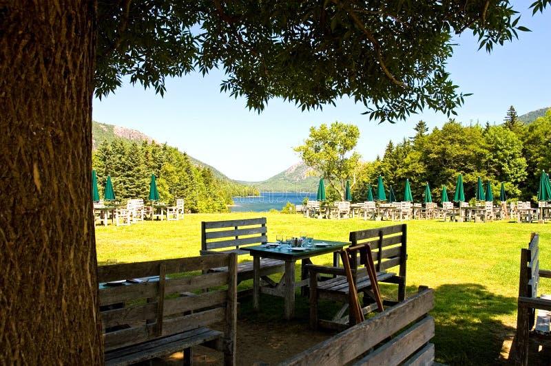 Pranzare esterno dal lago immagini stock libere da diritti