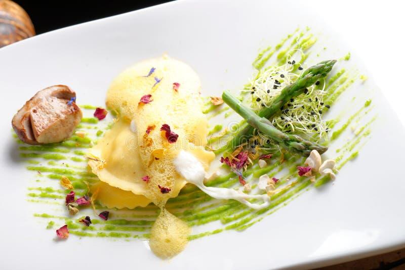 Pranzare fine, ravioli con asparago e Porcini immagini stock