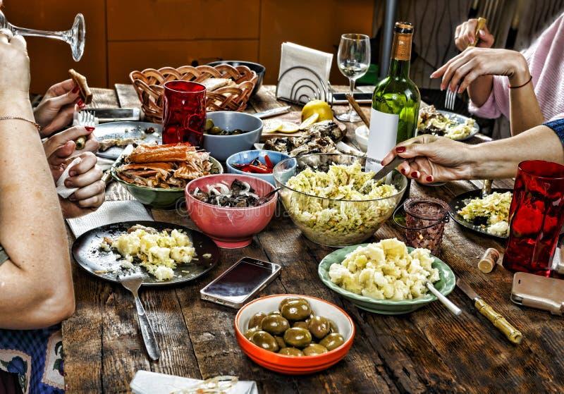 Pranzare la tavola della famiglia pasqua spuntini, vino di Pasqua felice, natale, festa, immagini stock libere da diritti