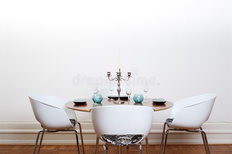 pranzare la tavola rotonda della stanza moderna fotografia stock libera da diritti