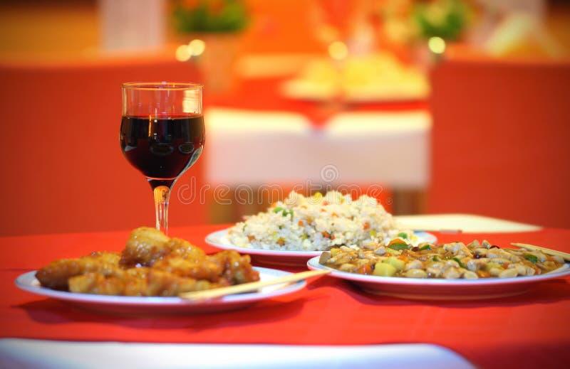Pranzo cinese con 3 piatti e vetri di vino fotografie stock