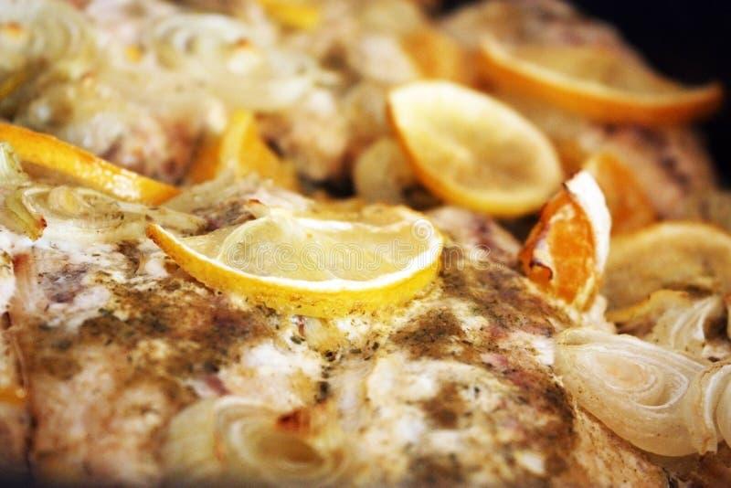 Pranzo con i pesci, la cipolla e l'arancio marinati immagini stock