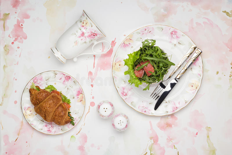 Pranzo con il panino e l'insalata del croissant fotografia stock