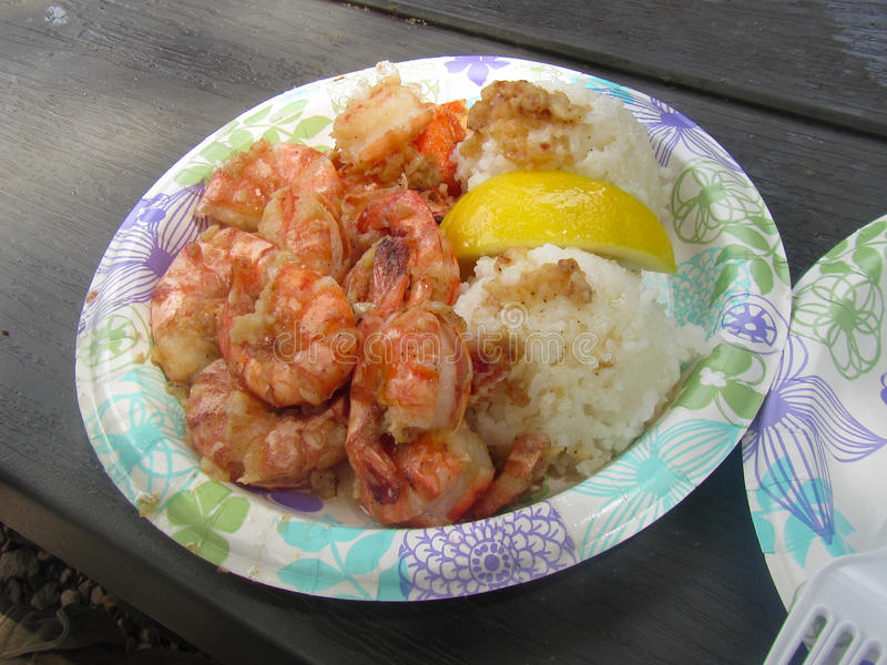 Pranzo del piatto del gamberetto dell'aglio in riva del nord Oahu, Hawai fotografia stock libera da diritti
