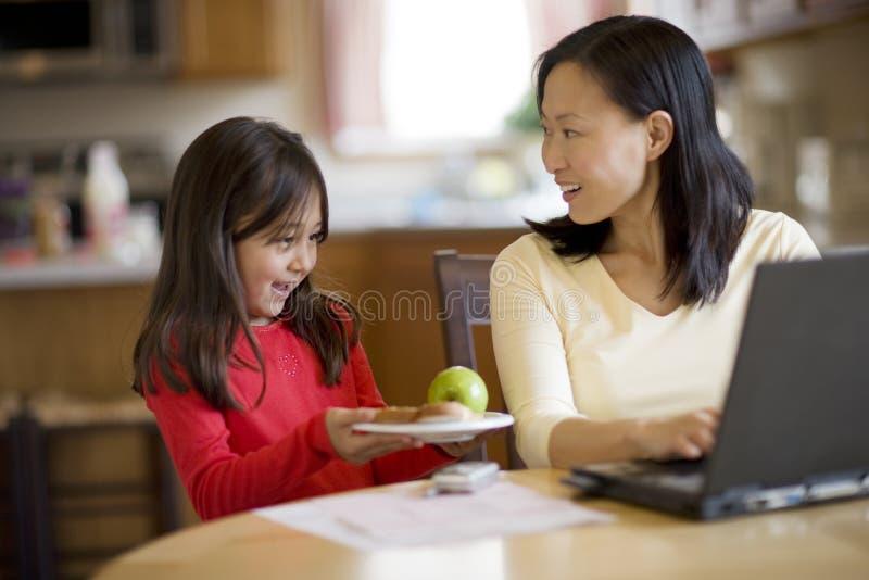 Pranzo del servizio della figlia alla mamma immagini stock