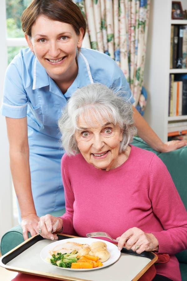 Pranzo del servizio di personale sanitario alla donna senior fotografia stock libera da diritti