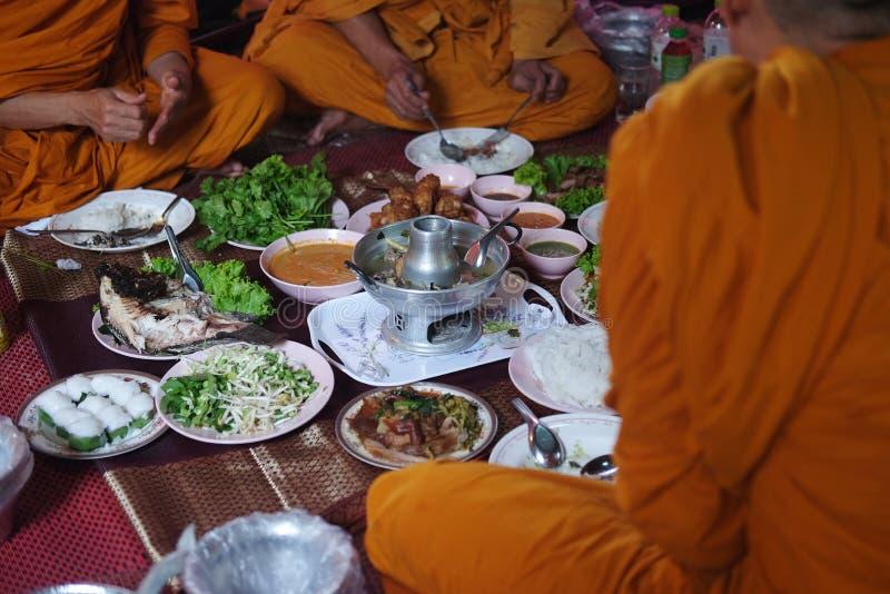 Pranzo della presa dei monaci buddisti immagine stock