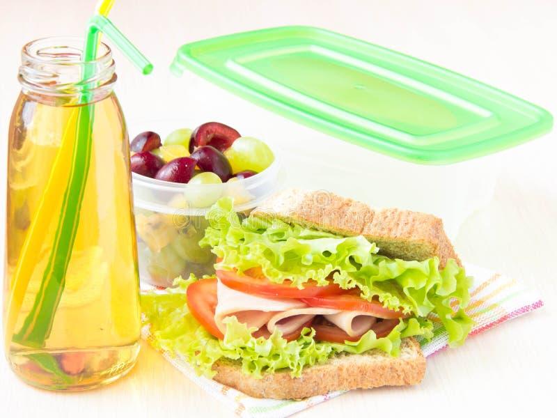 Pranzo di bento per il vostro bambino a scuola, scatola con un sandwic sano immagine stock
