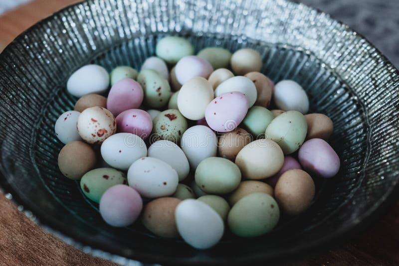 Pranzo di uova a colori alterato sulla Grigia Bowl immagini stock libere da diritti