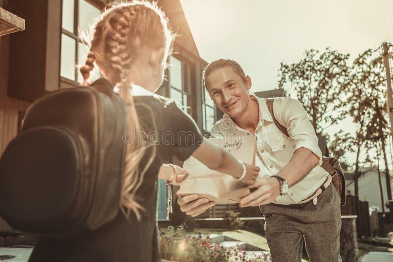 Pranzo gifting dell'uomo bello complementare per scuola fotografia stock libera da diritti