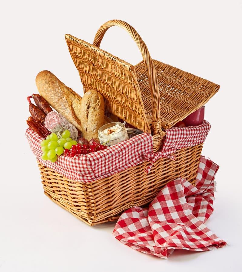 Pranzo imballato di picnic in un canestro di vimini fotografia stock libera da diritti