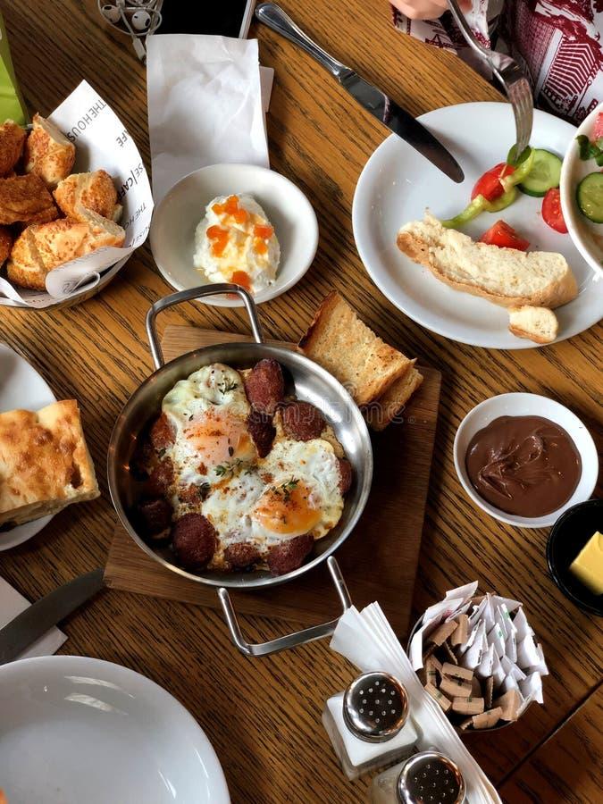 Pranzo o prima colazione molto appetitoso sulla tavola fotografia stock