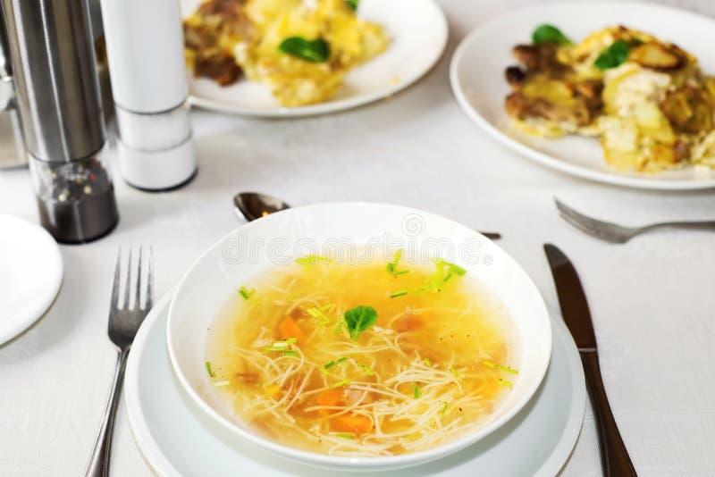 Pranzo o tavola di cena con il piatto bianco con il brodo - Tavola da pranzo ...