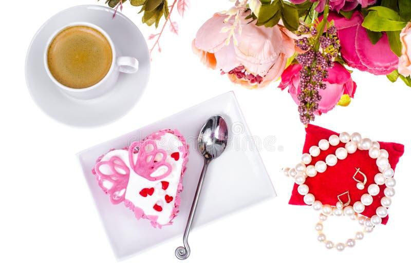 Pranzo romantico con il regalo per il giorno del ` s del biglietto di S. Valentino fotografie stock