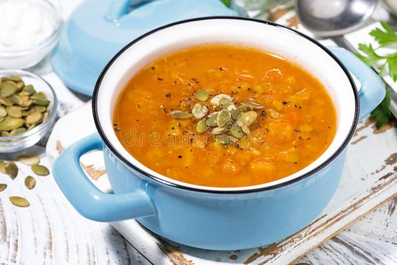 Pranzo sano minestra piccante della zucca con le lenticchie in una casseruola fotografia stock