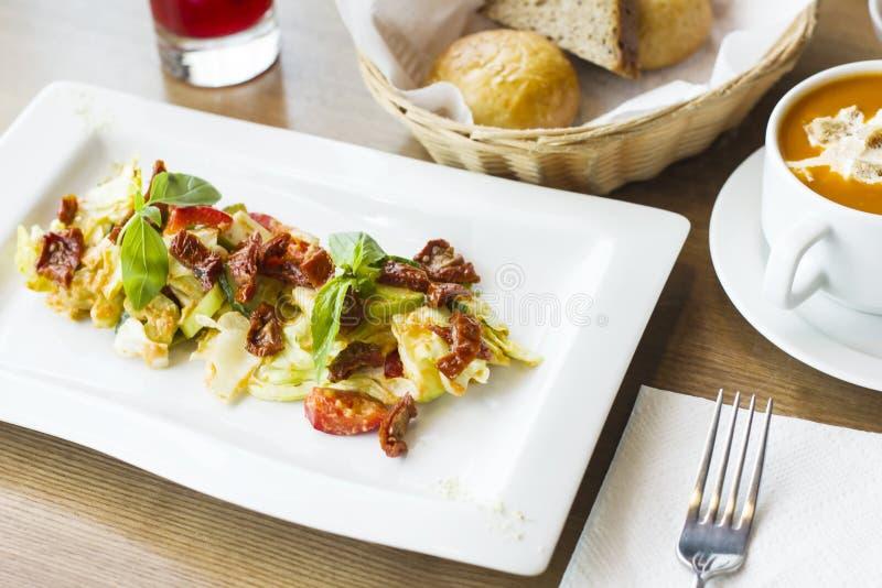 Pranzo sulla tavola: minestra del concentrato di pomodoro, insalata degli ortaggi freschi fotografie stock