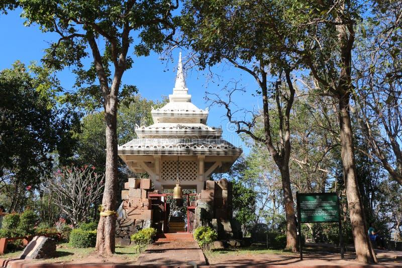 Prasat Khao Kra Dong med skuggiga träd, på det Buriram landskapet, Thailand arkivfoto