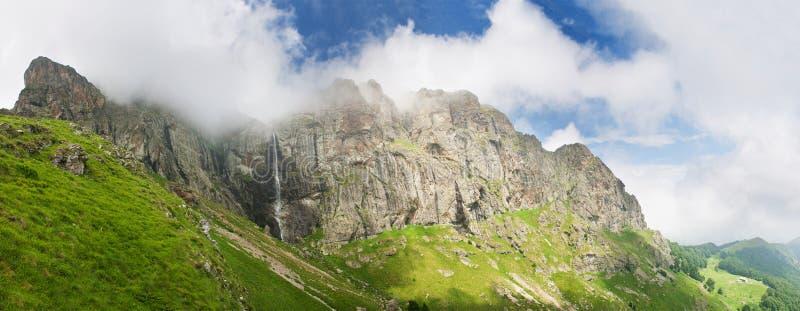 Praskalo de Raiskoto de la cascada de la alta montaña imágenes de archivo libres de regalías
