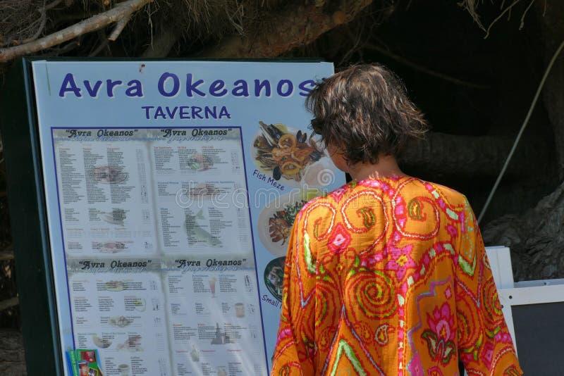 Prasoudi,科孚岛,希腊,6月2019 A旅游看看被显示的菜单外面 免版税库存照片