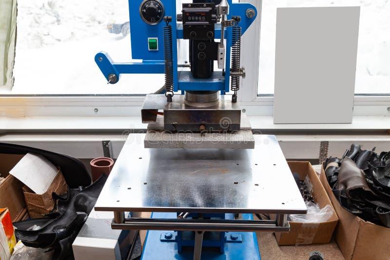 Prasowa maszyna w warsztacie dla robić embossed listom na rzemiennym produkcie który ogrzewa truizm i gniesie i logo zdjęcie royalty free