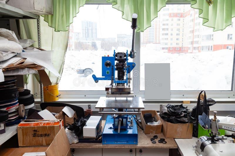 Prasowa maszyna w warsztacie dla robi? embossed listom na rzemiennym produkcie kt?ry ogrzewa truizm i gniesie i logo zdjęcie royalty free