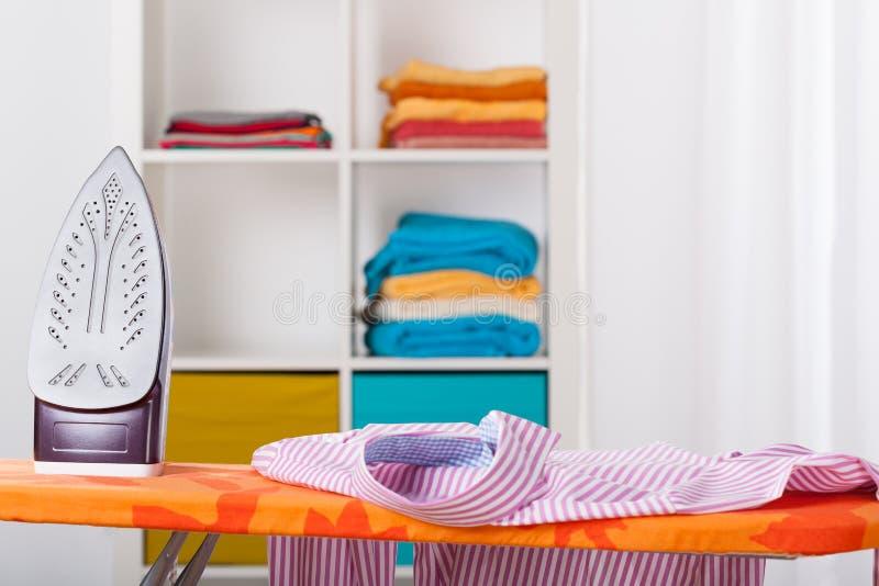 Prasowanie i cleaning w domu zdjęcia stock