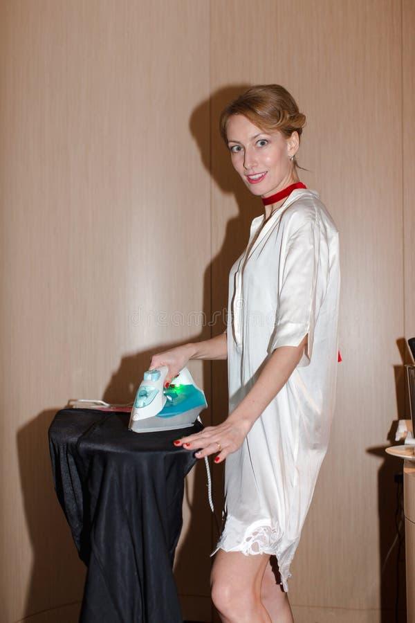 prasowanie odzieżowa kobieta zdjęcia stock
