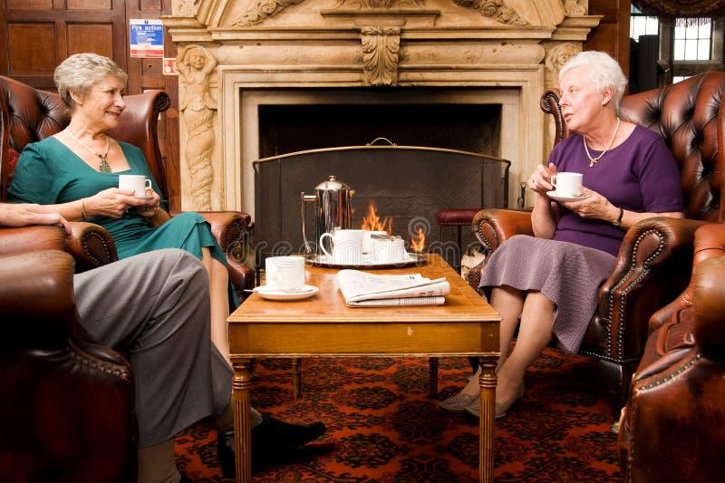 prata äldre kvinnligvänner arkivbilder