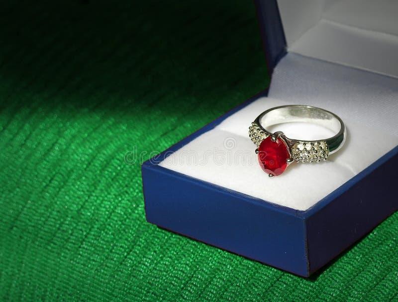 Prata da aliança de casamento do acoplamento do diamante e do rubi imagens de stock