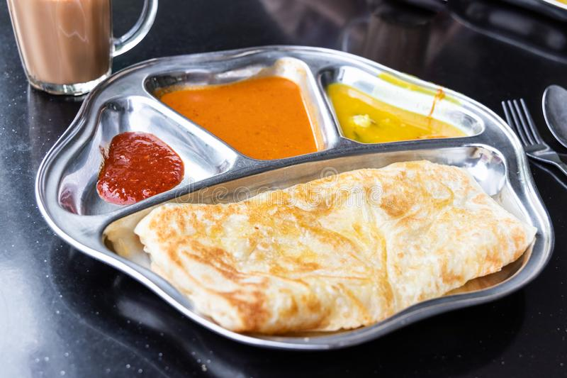 Prata di Roti o insieme di canai con curry, dhal ed il sambal fotografia stock