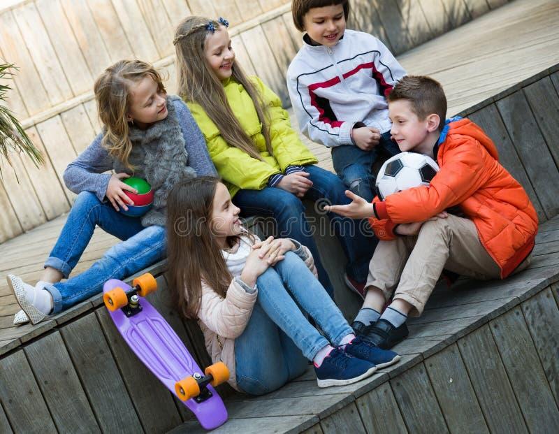 Prata för juniorungar som är utomhus- arkivfoto