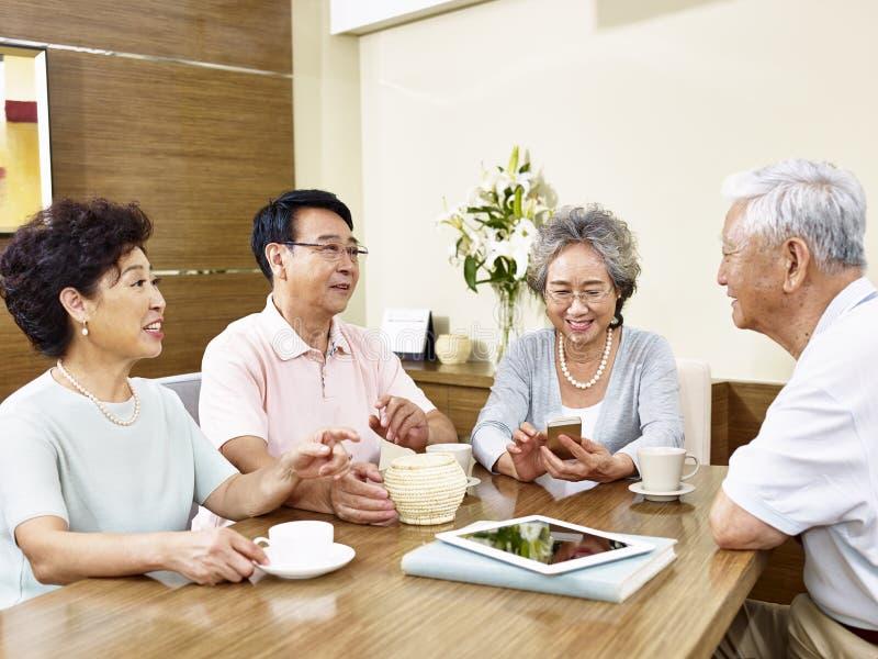 Prata för två par för pensionär asiatiskt fotografering för bildbyråer