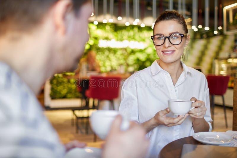 Prata kvinnan och mannen som har kaffe royaltyfri foto