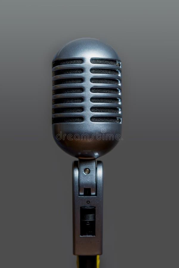Prata metálica do microfone vocal dinâmico clássico imagens de stock