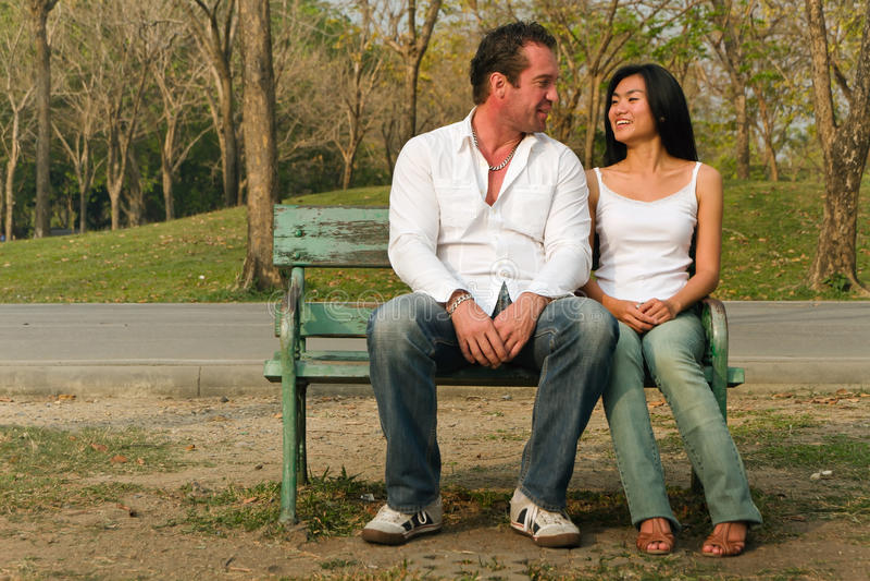prata par som sitts lyckligt arkivfoton